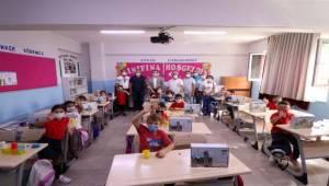 Bergama'da öğrencilere okuma-yazma ve boyama seti dağıtıldı